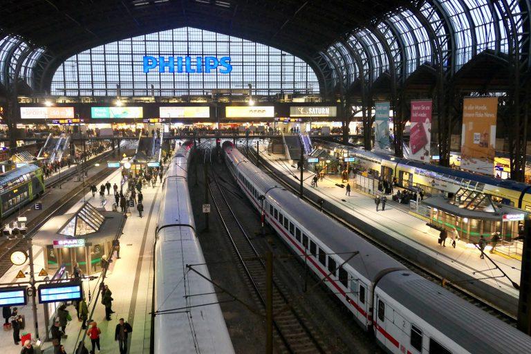 Endelig! Vi er på Hamburg Hauptbahnhof. Herfra er det bare å velge og vrake i togforbindelser videre i Europa.