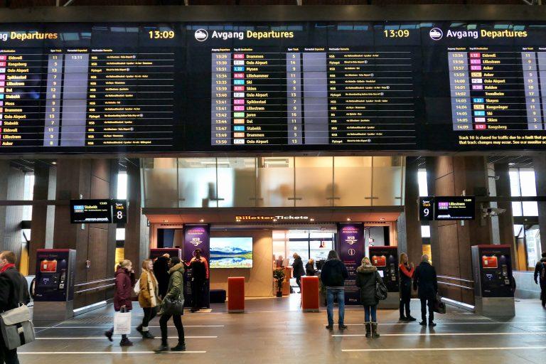 Visste du dette? På Oslo S og flere andre stasjoner har Entur kundesentre der vi kan få råd og hjelp til togreiser i Europa. Der kan vi også kjøpe billettene vi trenger for å reise med tog mellom Oslo og Hamburg.