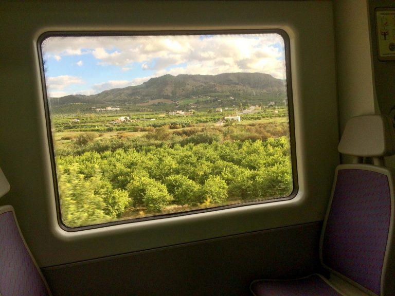 Selv reiser jeg gjerne med tog til Spania. Når jeg får denne utsikten utenfor togvinduet, er jeg snart fremme!