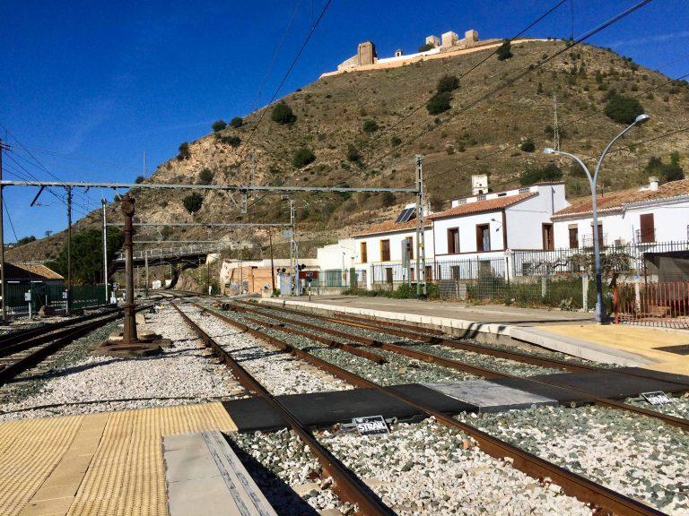 Fra jernbanestasjonen i Alora ser vi rett opp på byens gamle borg.