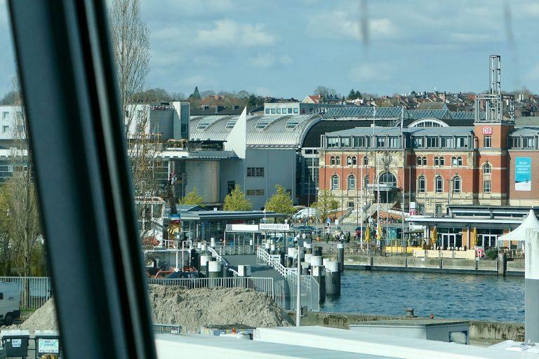 Allerede fra utgangen av Kielfergen ser vi over til jernbanestasjonen.