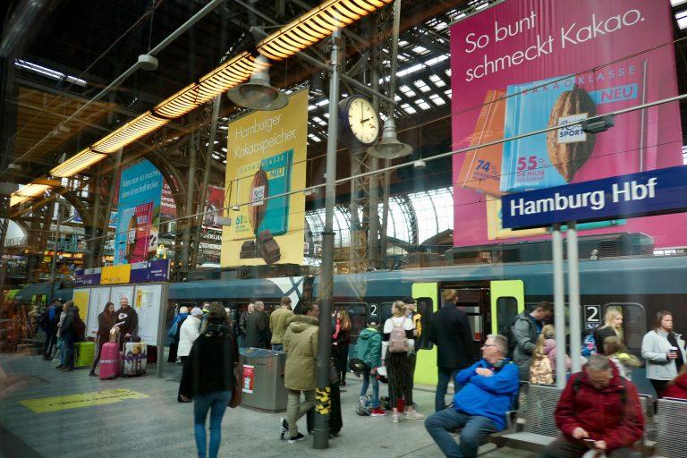 Vi som tar Inter City 2229 fra Kiel, kan sitte rolig gjennom den hektiske påstigningen på Hamburg Hauptbahnhof. Vi er allerede om bord!
