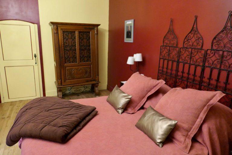 Hotel l'ansienne poste tilbyr rause rom i byens gamle kanserne.