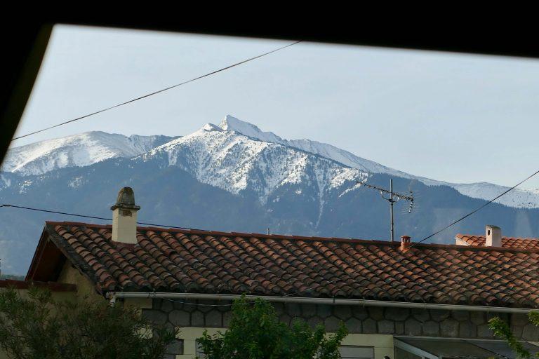 Utsikt fra et bussvindu i Pyreneene.