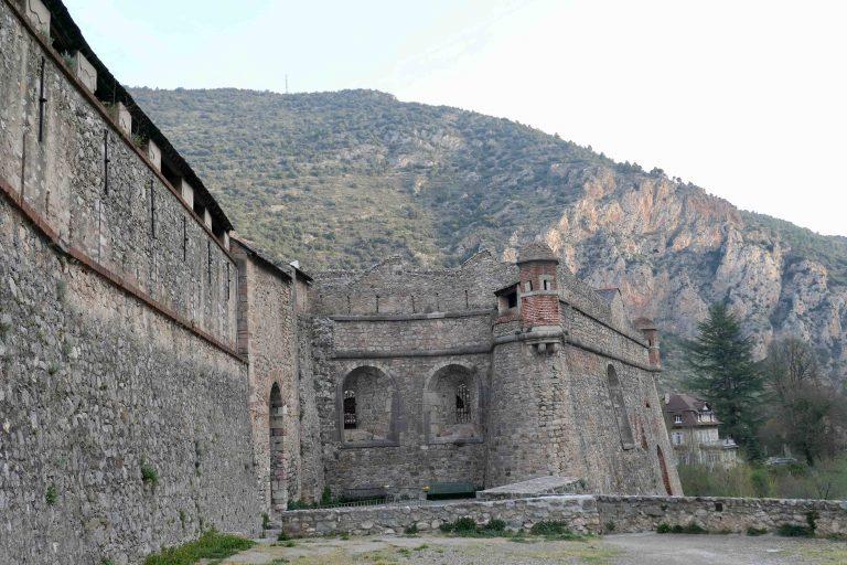 De solide murene rundt Villefranche de Conflent har forsvart byens innbyggere i tusen år. I natt skal vi også få sove innenfor.