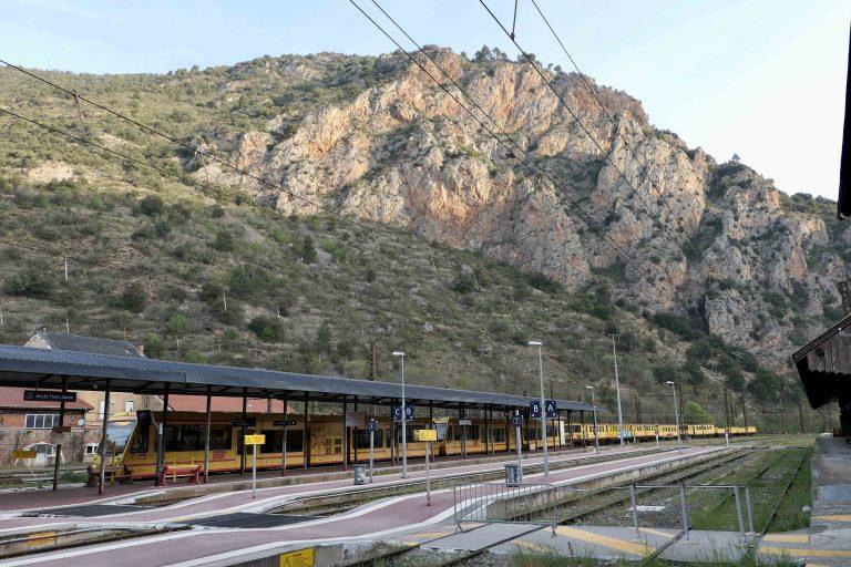 Jernbanestasjonen Villefranche Vernet les Bains har bare ett tog - Le Train Jaune.