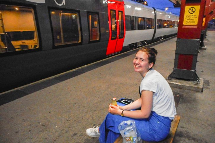 Togentusiast Sigrid (16) har ni timars busstur bak seg før reisa held fram med tog til Lisboa