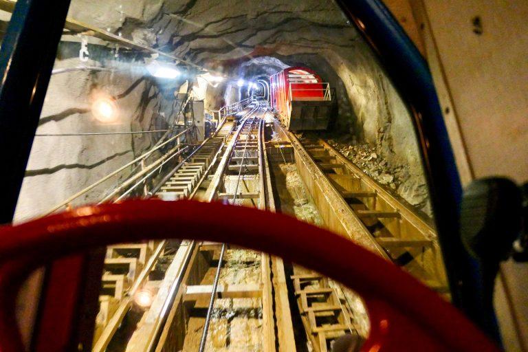 Bane møter bane midt inne i fjellet - slik pendler de opp og ned, jevnt og trutt, hele året.