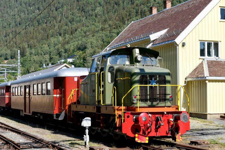 I sommersesongen går det også an å ta en tur med Rjukanbanen mellom Rjukan og Mæl (mandag, onsdag og fredag).