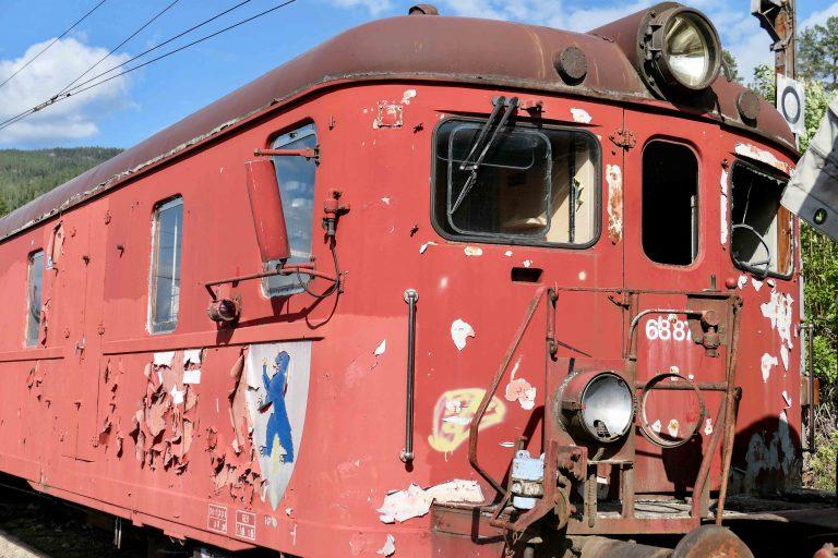 Den som også legger turen innom det andre fergeleiet, Tinnoset, kan ta en titt på gamle, parkerte NSB-tog. De har sett bedre dager!
