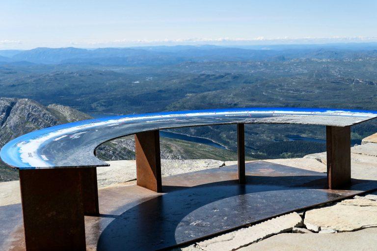 """Det føles som om vi kan se """"halve Norge"""" herfra. Litt mer nøkternt sies det at en faktisk ser en sjettedel av landet en klar dag som dette."""