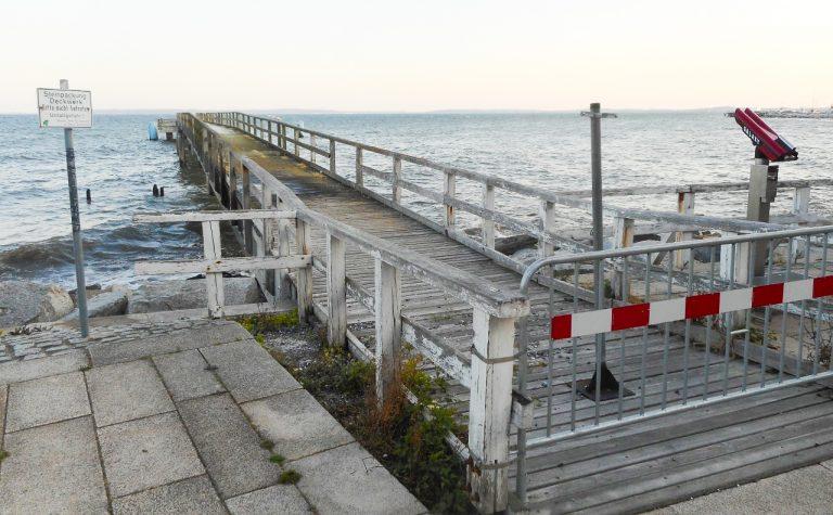 Sassnitz har ei lang historie som badeby. Frå gamlebyen stikk ei trebrygge hundre meter utover i Østersjøen.