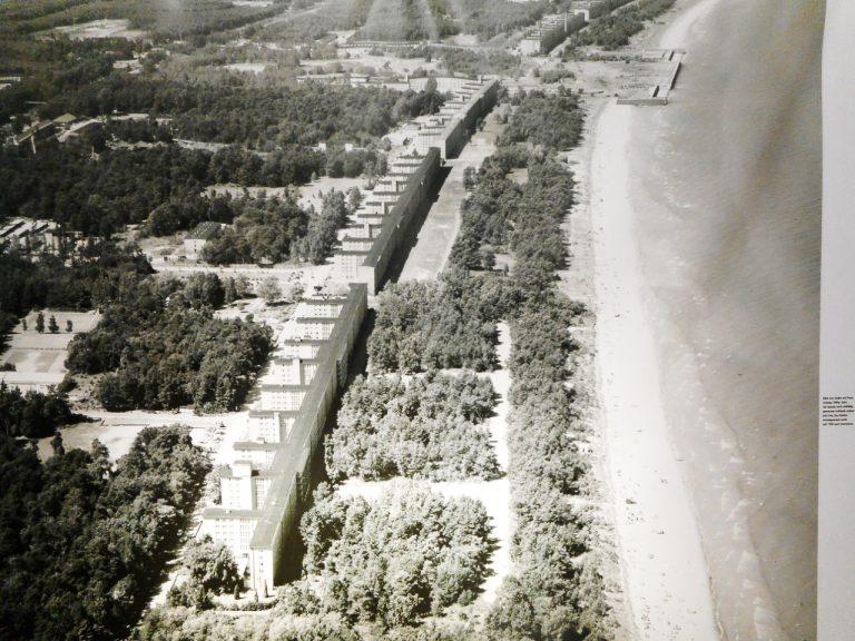 Badehotellet i Prora er eit av verdas største bygningskompleks. Foto frå Dokumentationszentrum Prora, eit informativt museum på staden.