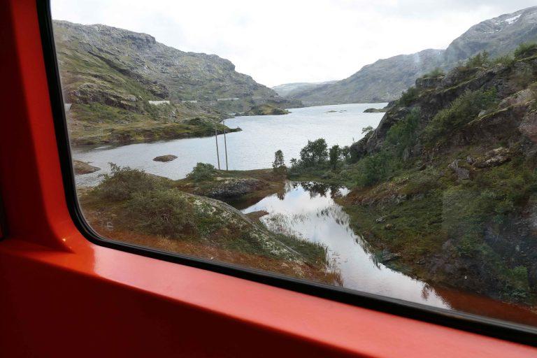 Utsikt fra et togvindu underveis på en reise med Bergensbanen.