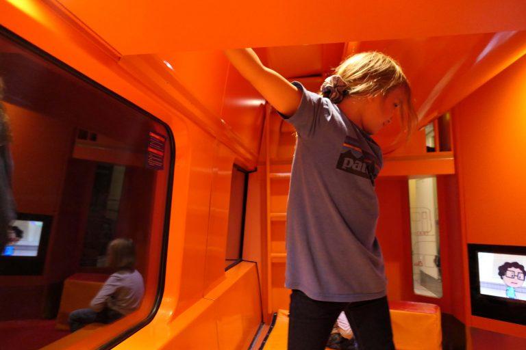 Fra en reise med Bergensbanen: Det knalloransje lekerommet!