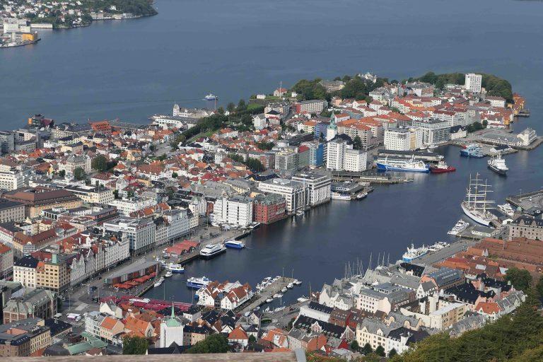 Bergen sett fra Fløifjellet en solblank søndag i august.