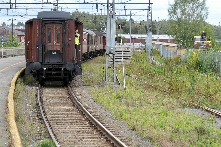 Men plutselig begynner det å skje noe! Et museumstog fra Historiske togreiser rygges inn i spor 3 på Grorud stasjon.