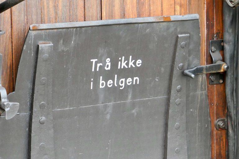 Anvisning på et museumstog fra Historiske togreiser: Trå ikke i belgen.