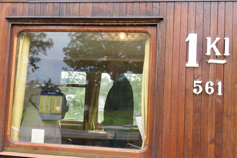 Vi kjempet oss til to ståplasser på et Vy-tog fra Oslo S. Tilbake reiser vi med et NSB-tog på 1. klasse.