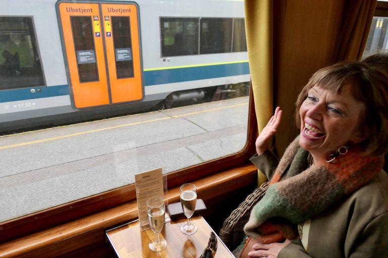 Vi er på en rundtur med Historiske togreiser og vinker til hverdagen der ute!