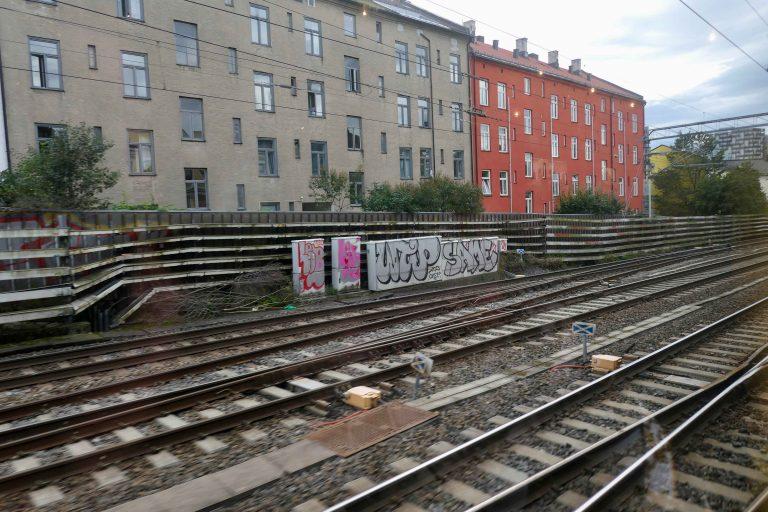 Gamlebyen i Oslo sett fra vinduet i et museumstog kjørt av Historiske togreiser.