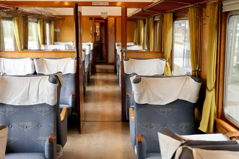En 1. klasse-vogn i et gammelt NSB-tog, som nå benyttes av Historiske togreiser.