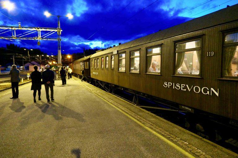 40 minutters benstrekk på Hønefoss, mens lokomotivet skifter kjøreretning.