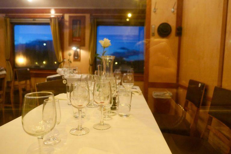 Taffelet er hevet - restaurantvogn om bord i et museumstog fra Historiske togreiser.