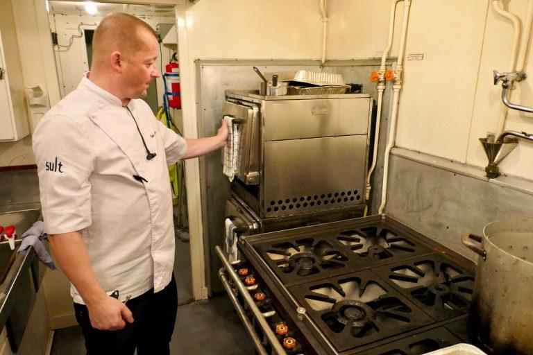 4 retters middag til 56 personer er servert. Kokk Odd Joar Eide har ryddet kjøkkenet og kan puste ut på Hønefoss.