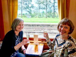 Vi er på tur med Historiske togreiser og vil også fotograferes! Ingjerd Wahlberg (t.h.) og jeg, Sigrid Elsrud.