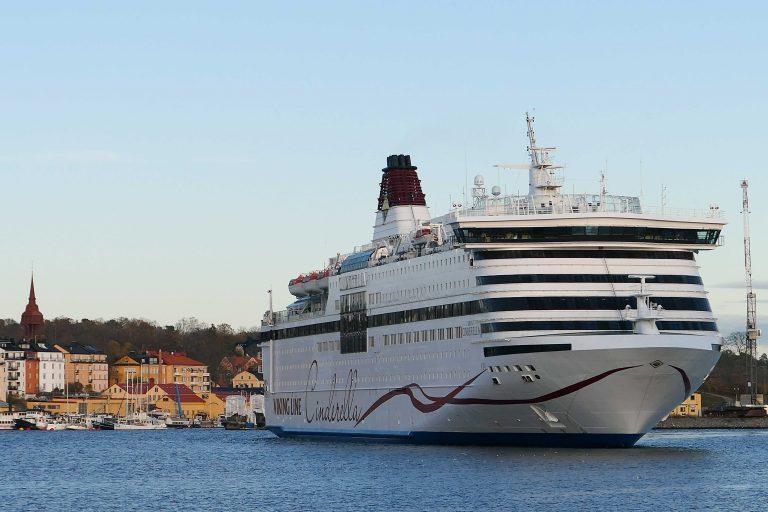 Første reisedag: Vi har tatt SJs morgentog fra Oslo S til Stockholm, og med trillebagene på slep har vi rolig lunsjet oss gjennom Gamla Stan. Nå skal vi reise videre med Viking Line fra Stadsgårdskajen.