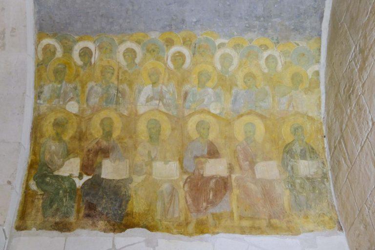 St. Demetrius-katedralen i Vladimir har enkel innredning slik den står i dag, men noen av de opprinnelige maleriene er inntakte.