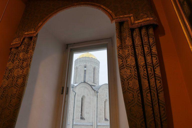 Vladimir-Suzdal-museet har store, staselige utstillingslokaler. Utenfor vinduet kan vi se St. Demetrius-katedralen.