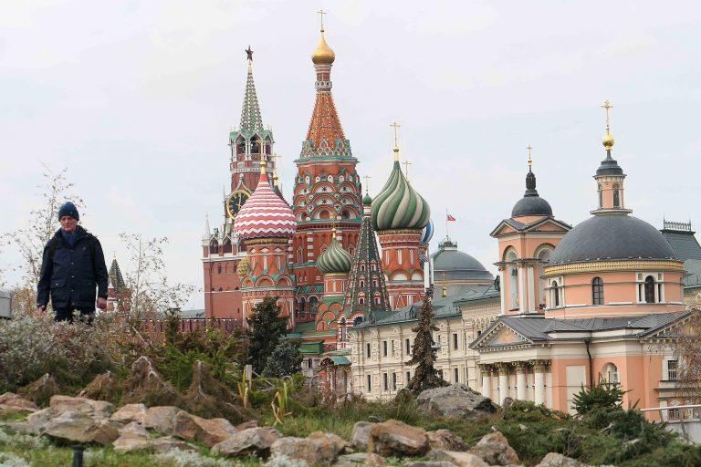 Den store, nyanlagte parken Zaryadye. Her er flora fra Russlands fire geografiske soner – tundra, steppe, skog og våtmark – samlet i et moderne parkanlegg med paviljonger, amfiteater og spisesteder.