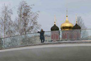 Bildet viser gammelt og nytt i Moskva, fra Park Zaradye.