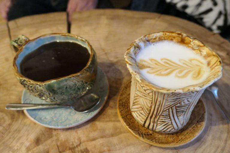 Dette er et hyggelig minne fra en dagstur med tog fra Moskva: Vi fikk kaffe servert i store keramikk-kopper på Lighthouse Coffee Shop, Georgiyevskaya 3, i Vladimir.