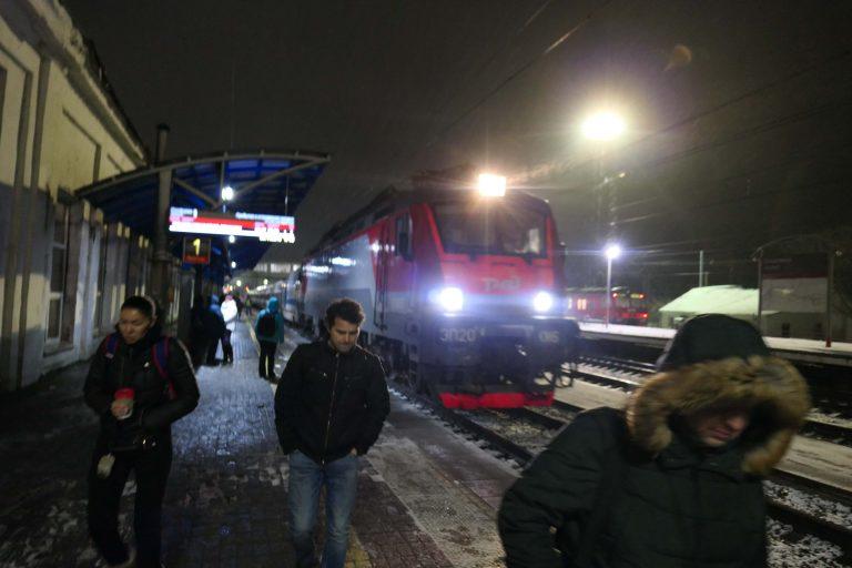 På jernbanestasjonen på vei tilbake igjen etter en dagstur med tog fra Moskva.