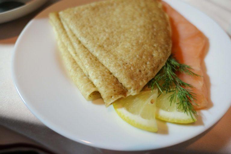 Frokost servert om bord i nattoget Red Arrow fra Moskva: Pannekaker og laks.