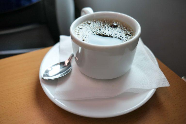 På dagstur med tog fra Moskva: Vi sitter i dype seter og får god kaffe servert i ordentlige kopper. Slik er det å reise på 1. klasse med russiske «Strizh».
