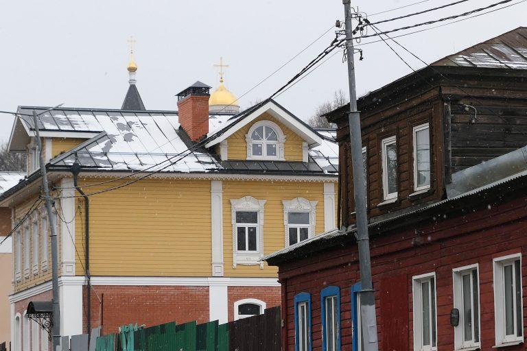 Vladimir egner seg godt for en dagstur med tog fra Moskva. Her ligger severdighetene i gangavstand fra stasjonen. Allerede i den første bakken kan vi se gullkupler bak hustakene.