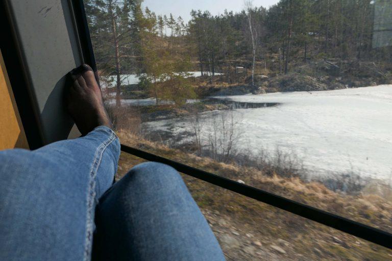 Togturist i avslappet positur. Her på toget til Gøteborg og omtrent ved grensen over til Sverige.