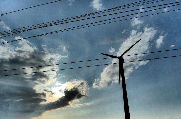 Utsikt til vindmøller i Sør-Sverige underveis på en reise til Tyskland med tog.