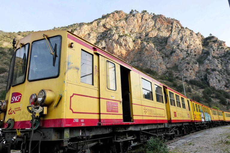 """""""Det gule toget"""" i Pyreneene er ett av lokaltogene vi kan velge på denne reiseruten."""