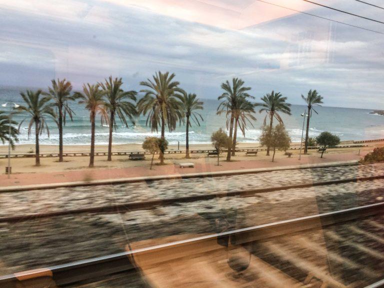 Utsikt fra togvinduet på strekningen Barcelona-Valencia.