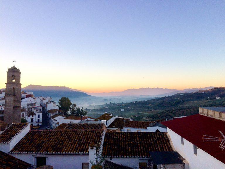 Fra en liten takterasse i Alora har jeg utsikt til den taggete fjellrekken som følger Solkysten sørvestover fra Malaga.