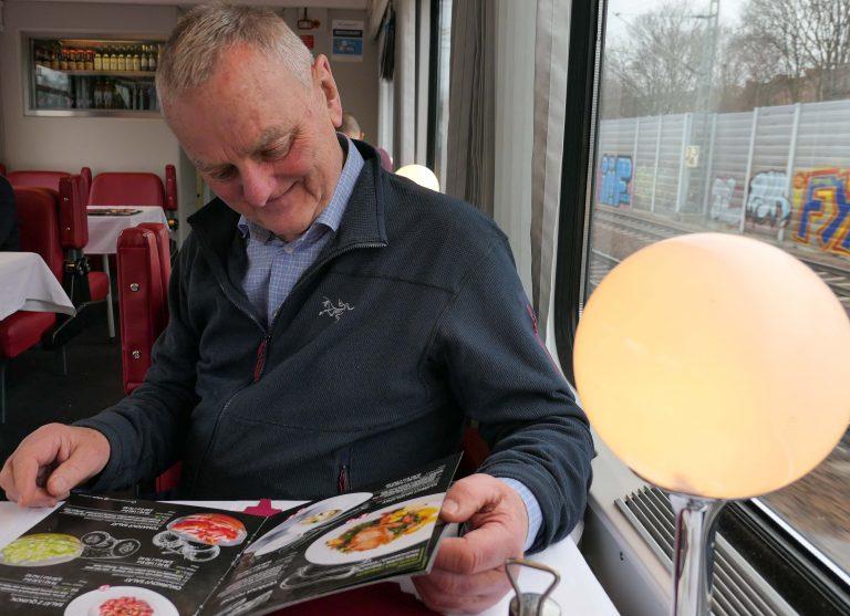 Reise i restaurantvogn, her på på direktetoget mellom Hamburg og Praha.