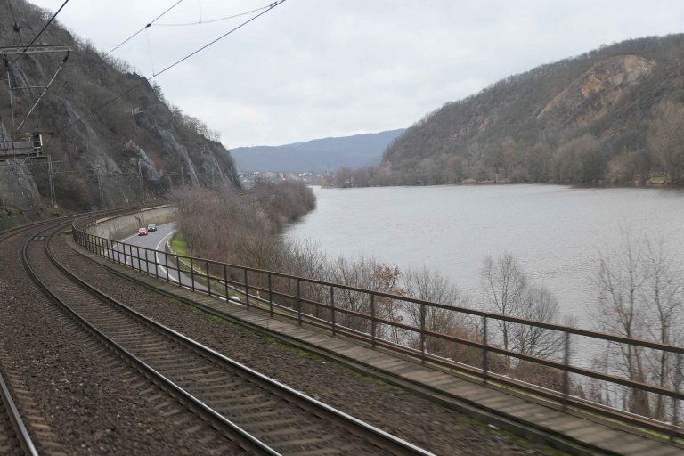 Jernbanen følger Elbe fra Dresden mot Praha.
