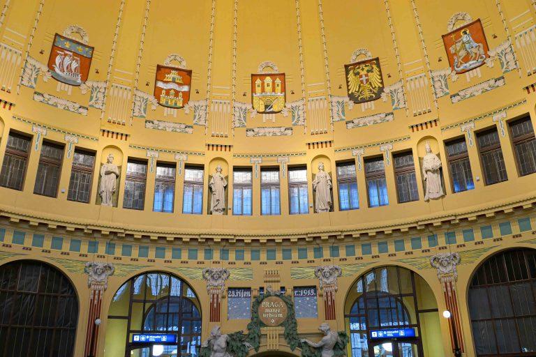 Togbytte i Praha. Over den nye, hektiske jernbanestasjonen ligger den gamle. Stille og vakker som en katedral. Husk å ta rulletrappen opp hvis du er der på gjennomreise!
