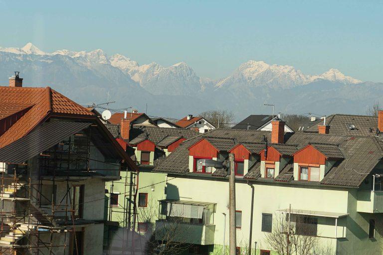 Ljubljana sett fra togvinduet.