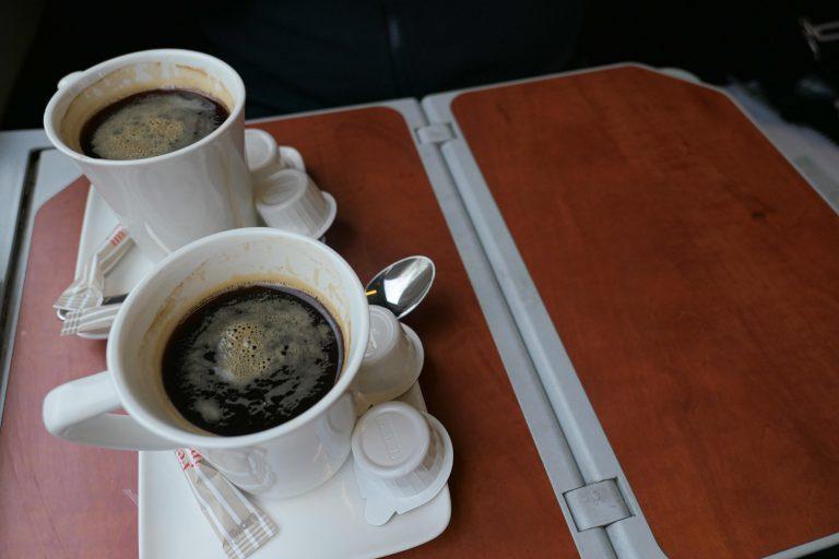 """Om bord på """"Mimara"""" mot Salzburg. Når kaffen endelig kommer, serveres den på ordentlig vis."""
